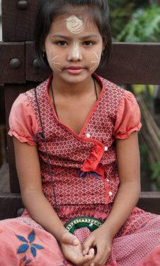 ילדה בורמזית עם קישוטי טנקה על פניה. צילום: צליל וגן