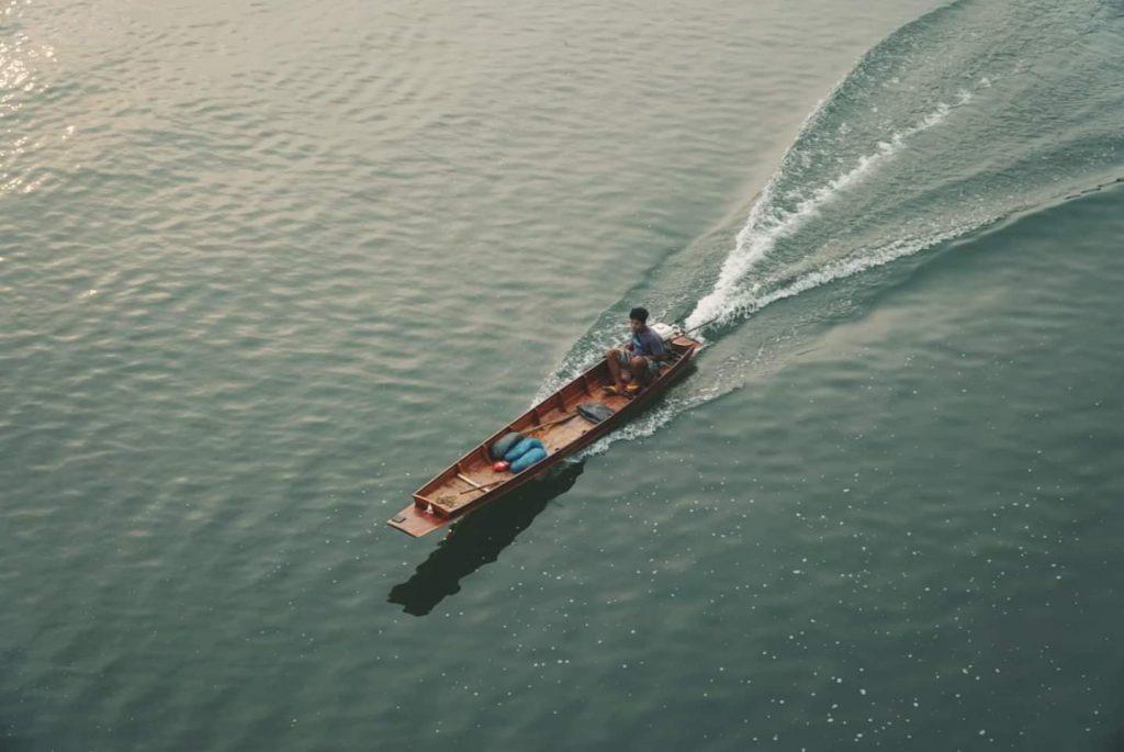 סירות הינן דרכי התחבורה העיקרים בין העיירה לכפר, וזו גם דרך תחבורה כיפית עם אחלה בריזה. צילום: צליל וגן