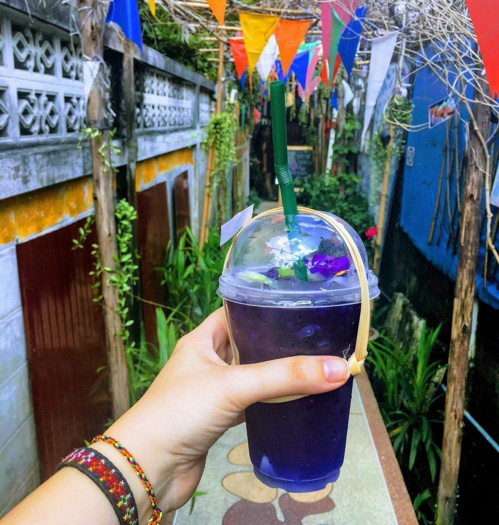 משקה מקומי שצבעו מופק מעלים של אפונה סגולה, מרהיב וטעים. צילום: צליל וגן