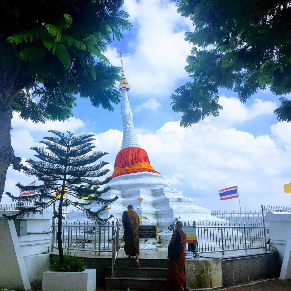 הגרסה הבודהיסטית למגדל פיזה בצורה של סטופה עקומה. צילום: צליל וגן