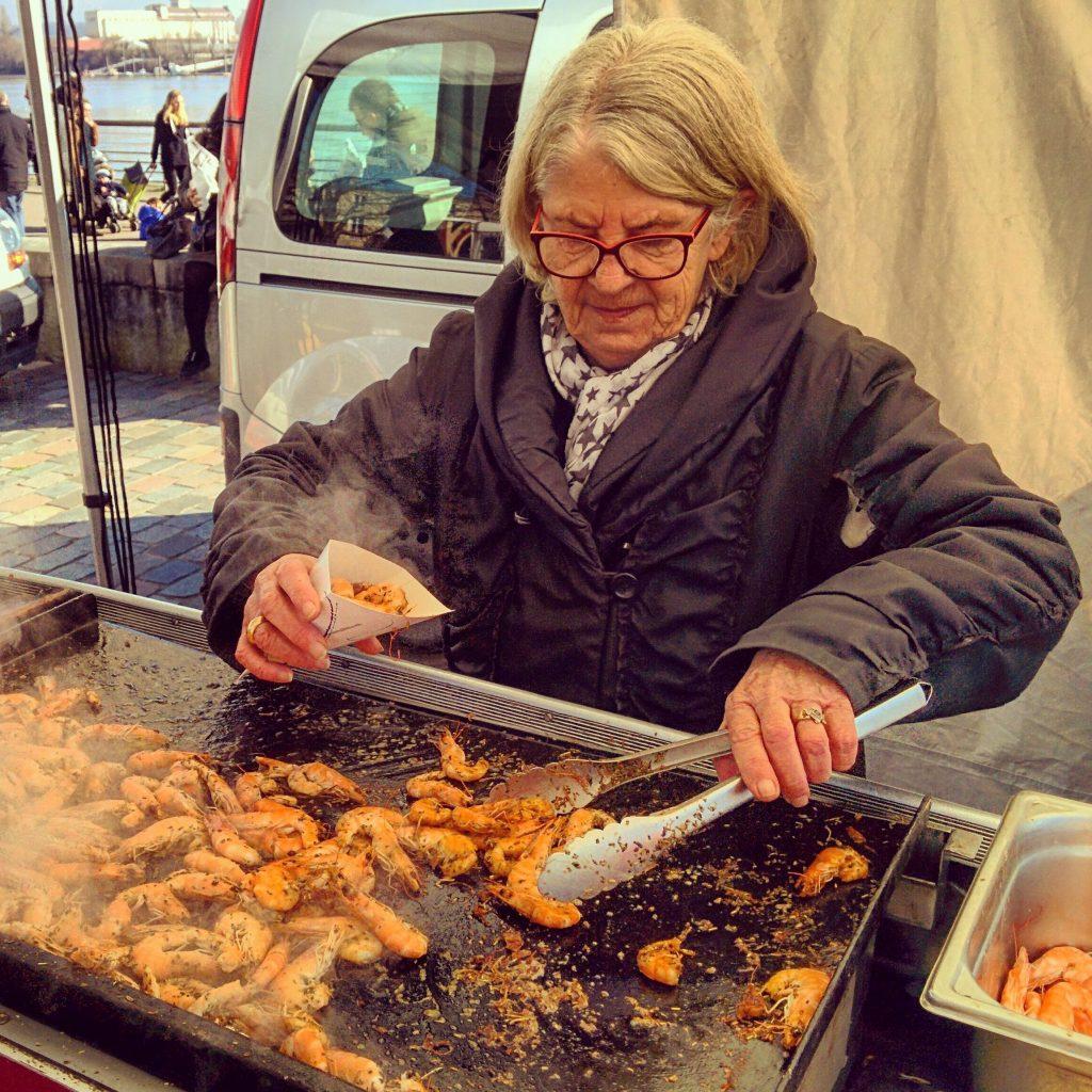 דוכן השרימפסים בשוק Marche Des Quais. צילום: אירה סמוק