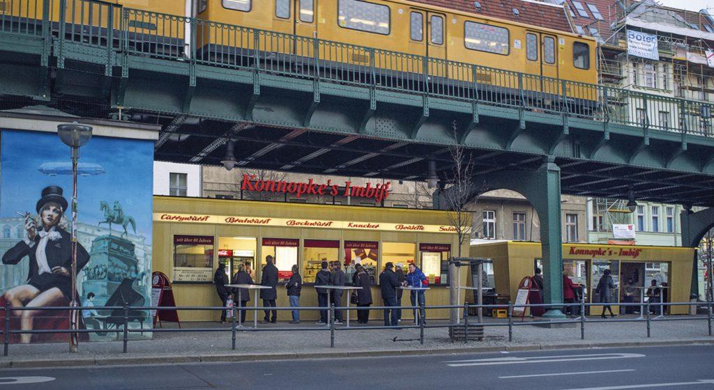 מסעדת konnopke imbiss שמתחת לגשר. צילום מתוך אתר המסעדה: konnopke-imbiss