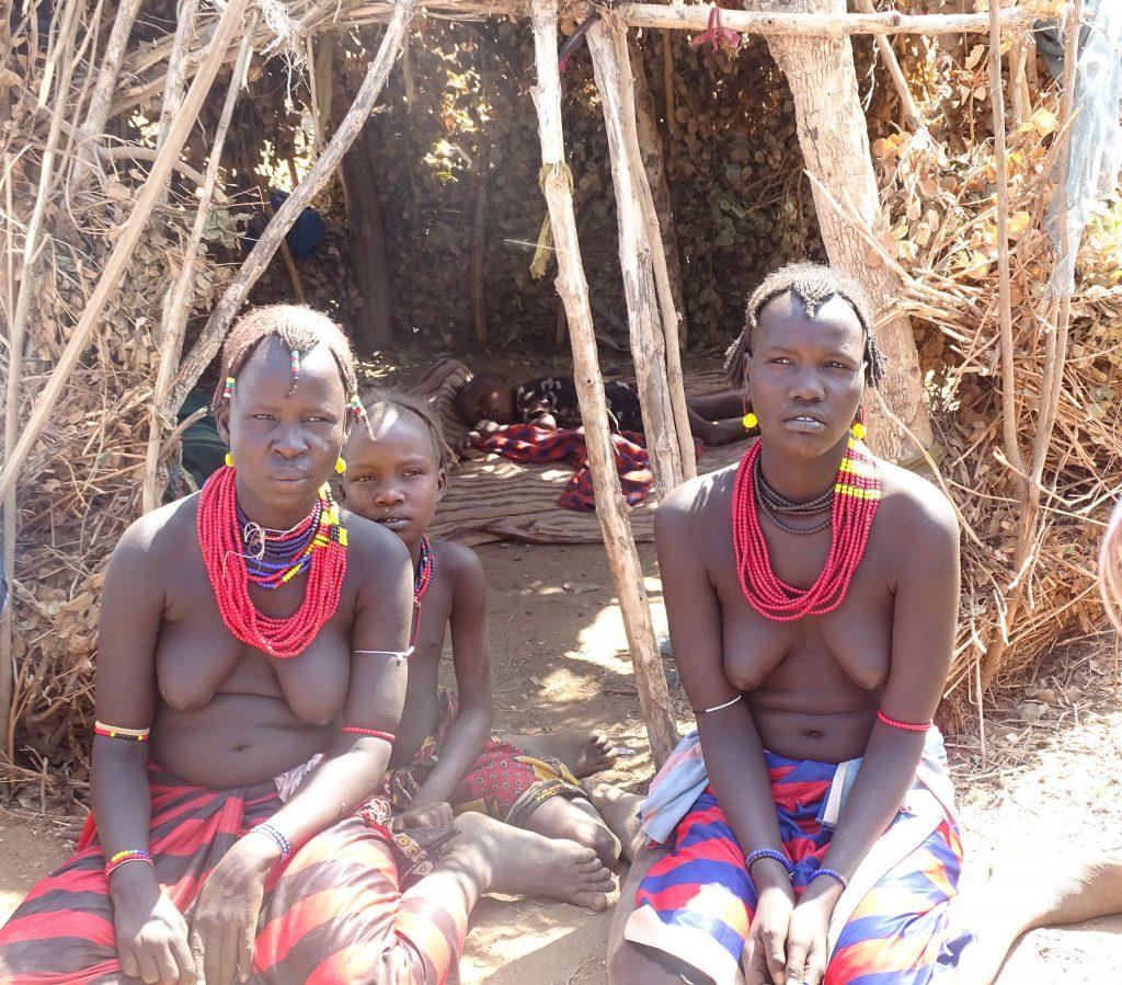 נשות שבט הדסנץ בכפר. צילום: חוה אברבנאל