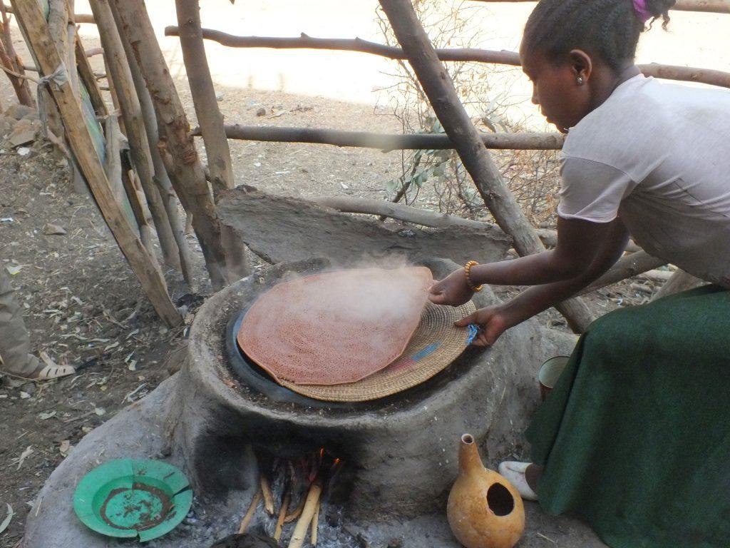 הכנת האינג'ירה בכפר. צילום: חוה אברבנאל