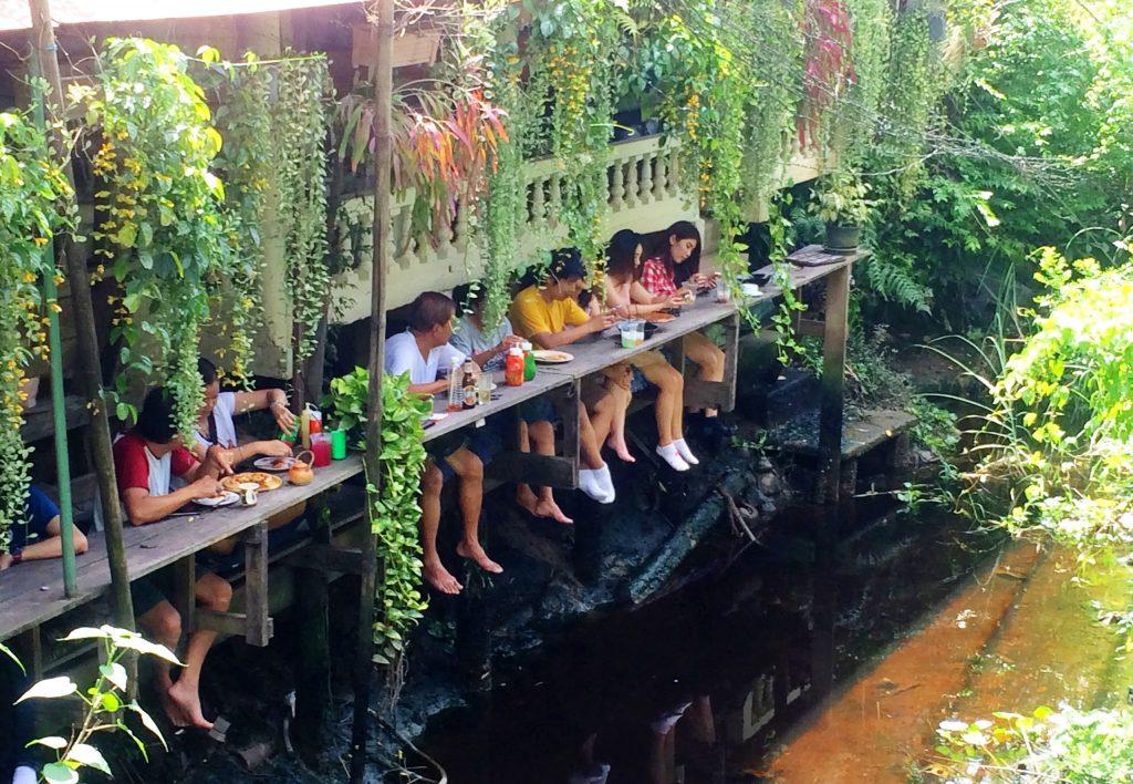 לאכול על גדול הנהר בקו קרט. צילום מתוך flashpackingbarbie