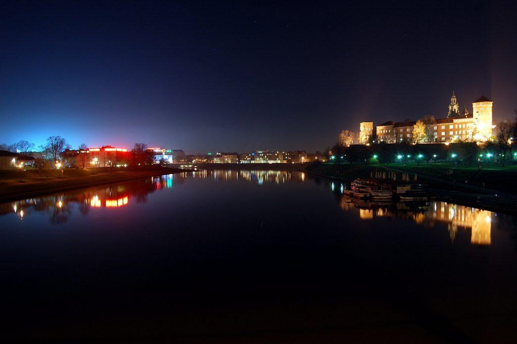 נפלאה גם בלילה. קרקוב והנוף הנשקף מעל נהר הויסלה